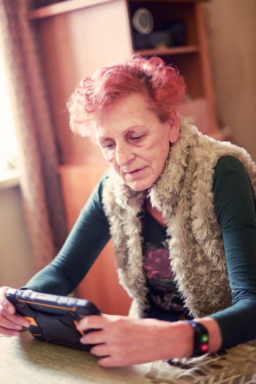 Uczestniczka projektu z zestawem teleopieki dla osób wychodzących z domu (źródło: Mazowiecka Jednostka Wdrażania Programów Unijnych)