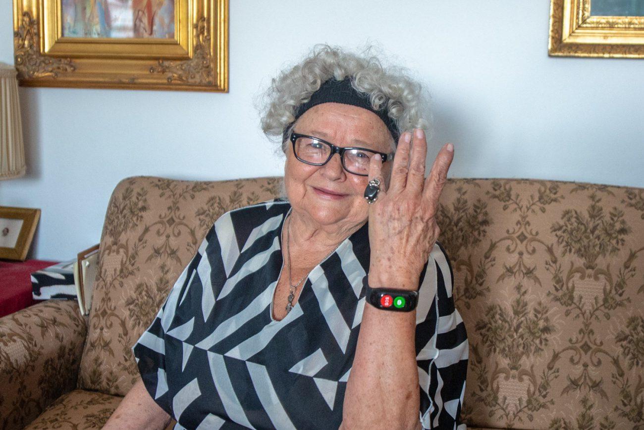Uczestniczka projektu z opaską SOS (źródło: Urząd m.st. Warszawy)